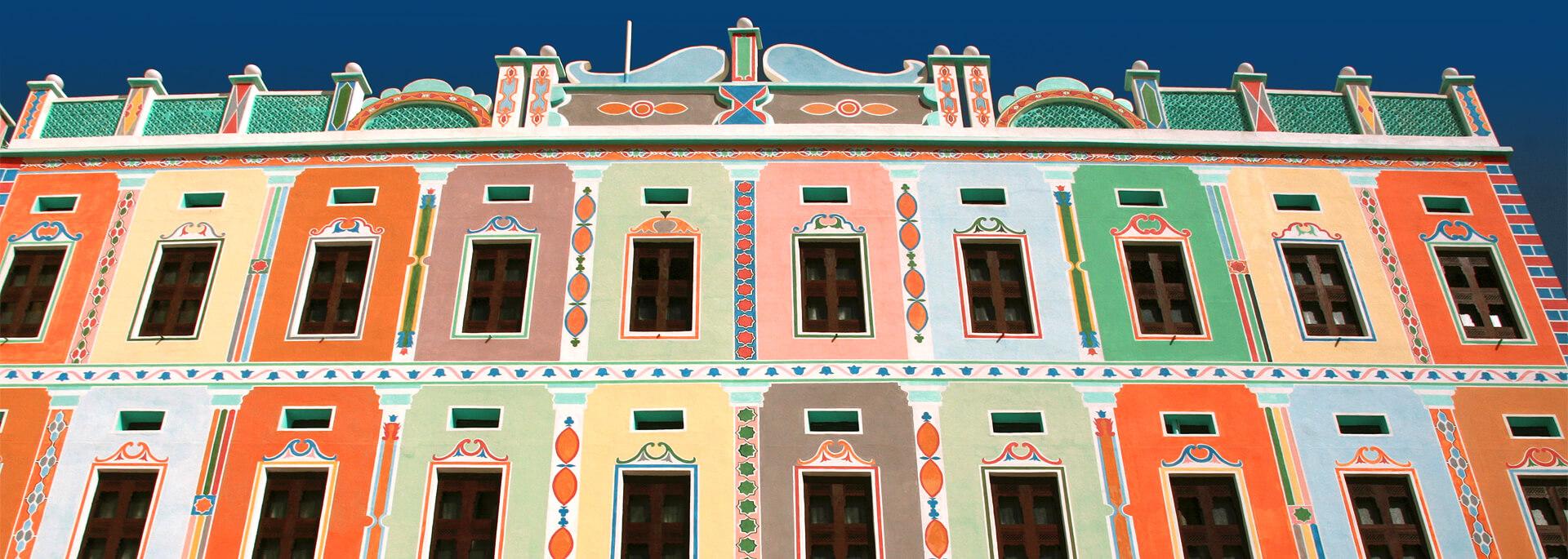 Wie der Bukshan Palace zum Farbtupfer eines wüsten Wadi wurde