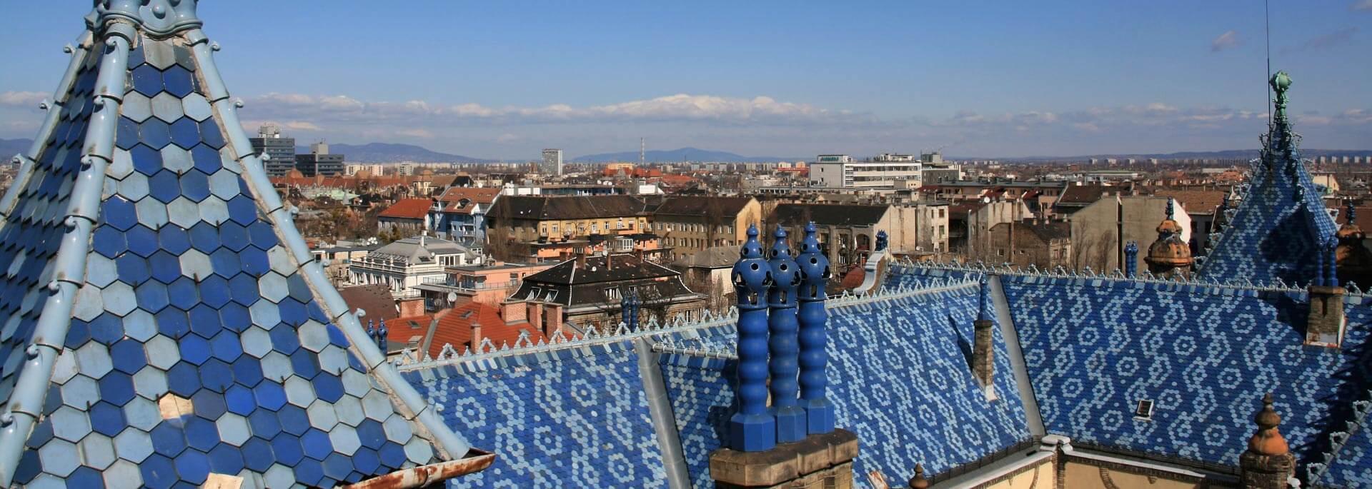 Wie ich morgens um 8 Uhr über die blauen Fliesen und Dächer Budapests lief